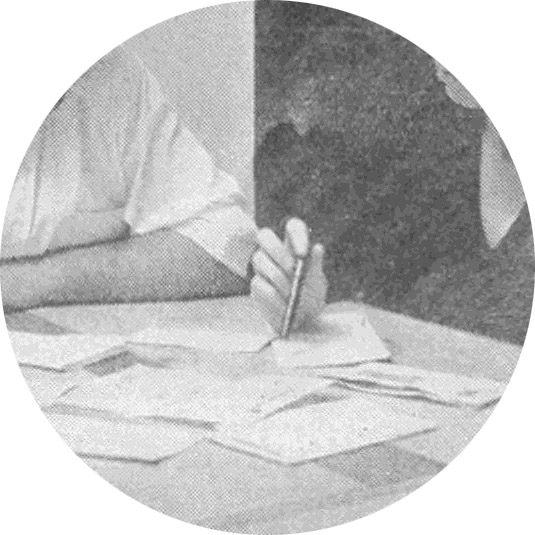Mano femenina sosteniendo un bolígrafo
